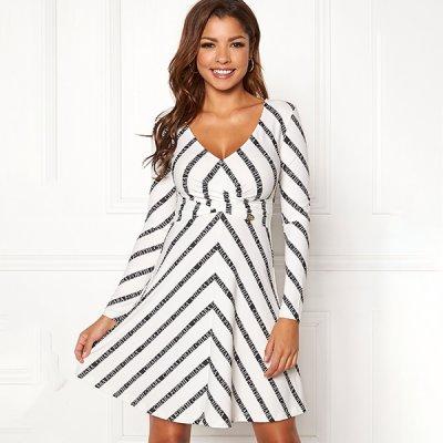 Chiara Forthi Madaloni mekko valkoinen musta ed81a0a227